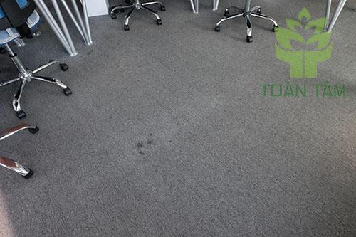 Thảm văn phòng dễ bị bẩn và có mùi hôi
