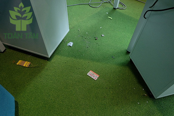 Nên thường xuyên hút bụi cho thảm văn phòng
